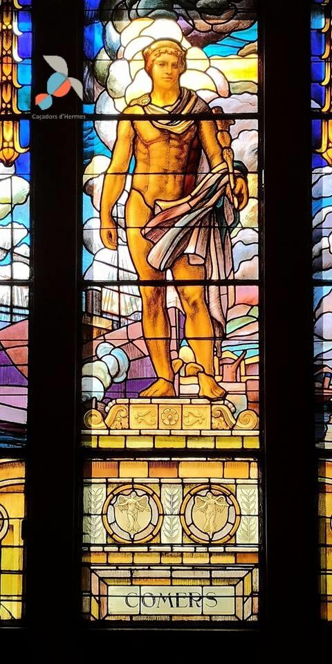 Hermes,el dios del comercio, en una de las vidrieras del Ayuntamiento del barrio de Sants-Montuïc