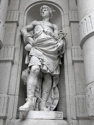 Estatua del dios Hermes en el edificio del Bolsín en Barcelona
