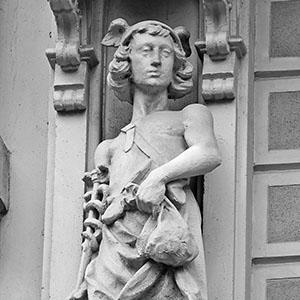 Estatua del dios Hermes portando la marsupia (bolsa con dinero) en un edificio de Rambla Catalunya de Barcelona