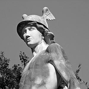 Detalle del pétaso (o casco con alas) de la estatua del dios Hermes en la entrada del Parc de la Ciutadella de Barcelona