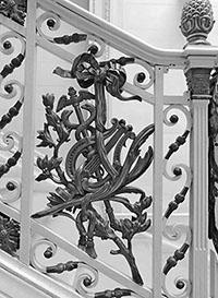 Lira y caduceo de Hermes en la barandilla de las escaleras del Palau Robert de Barcelona