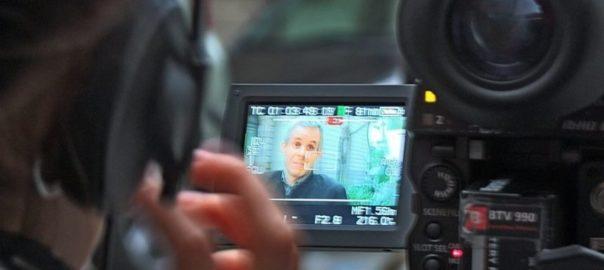 Pantalla de una cámara de vídeo en la que aparece Jordi Casadevall, uno de los cazadores de Hermes, mientras lo entrevistan.