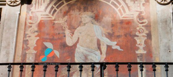 Pintura en la fachada de un edificio del barrio de Hostafranchs en el que aparece una mujer portando un caduceo de Hermes