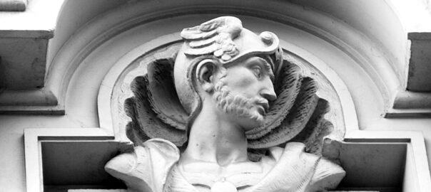 Busto del dios Hermes en la fachada de un edificio la Gran via de les Corts Catalanes de Barcelona